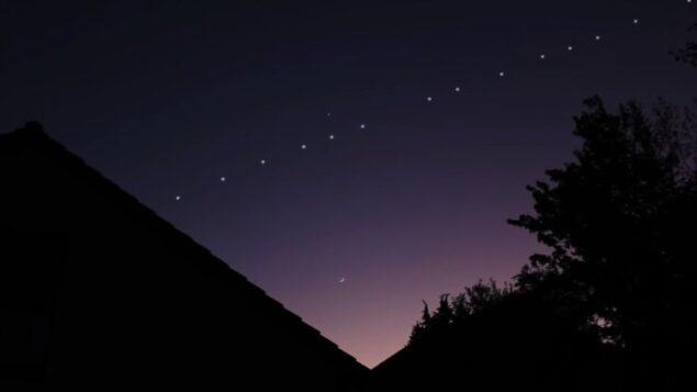 توضيحية: موكب لمجموعة الأقمار الصناعية 'ستارلينك' يعبر السماء ليلا. (YouTube screen capture)