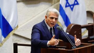 زعيم المعارضة يائير لابيد في الكنيست في جلسة تقديم الحكومة ال35 في 17 مايو، 2020. (Knesset/Adina Veldman)