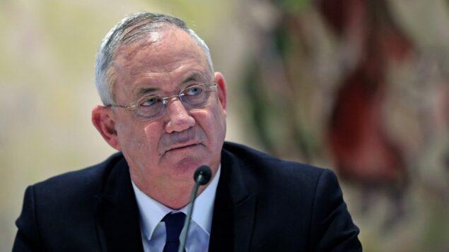 رئيس الوزراء البديل ووزير الدفاع بيني غانتس يحضر  جلسة المجلس الوزاري للحكومة الجديدة في قاعة 'شاغال' بالكنيست في القدس، 24 مايو، 2020. (ABIR SULTAN / POOL / AFP)