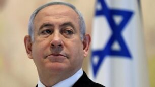 رئيس الوزراء بنيامين نتنياهو يترأس أول جلسة مجلس الوزراء للحكومة الجديدة في قاعة 'شاغال' بالكنيست في القدس، 24 مايو 2020. (Abir Sultan/Pool/AFP)