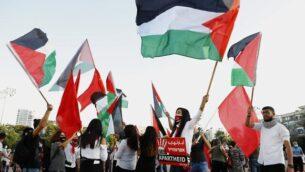 متظاهرون يحتشدون في ميدان رابين في تل أبيب في 6 يونيو، 2020، للاحتجاج على  خطة إسرائيل لضم أجزاء من الضفة الغربية. (JACK GUEZ / AFP)