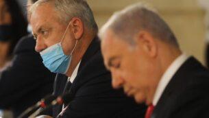 رئيس الوزراء بنيامين نتنياهو، ورئيس الوزراء البديل ووزير الدفاع بيني غانتس، خلال الاجتماع الأسبوعي للحكومة في القدس، 7 يونيو 2020. (Menahem KAHANA / AFP)