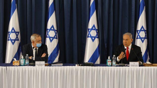 رئيس الوزراء بنيامين نتنياهو ورئيس الوزراء البديل ووزير الدفاع بيني غانتس خلال الاجتماع الأسبوعي للحكومة في القدس، 7 يونيو 2020. (Menahem KAHANA / AFP)