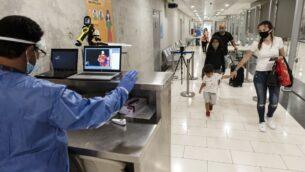 تظهر هذه الصورة التي تم التقاطها في 9 يونيو 2020، عاملاً في مطار لارنكا الدولي بقبرص يراقب شاشة تعرض صور كاميرا بالأشعة تحت الحمراء لمراقبة درجات حرارة جسم المسافرين القادمين (Iakovos HATZISTAVROU / AFP)