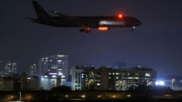 طائرة شحن تابعة لشركة 'الإتحاد للطيران'  محملة بمساعدات طبية للفلسطينيين لمساعدتهم على مواجهة جائحة كوفيد-19، تستعد للهبوط في مطار بن غوريون الإسرائيلي قرب تل أبيب، 9 يونيو، 2020. (JACK GUEZ / AFP)