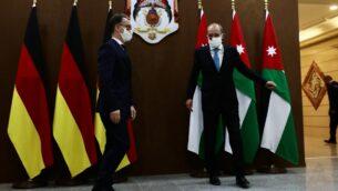 وزير الخارجية الأردني أيمن الصفدي (يمين) يستقبل نظيره الألماني هايكو ماس في العاصمة الأردنية عمان، 10 يونيو، 2020. ( Ahmad SHOURA / AFP)