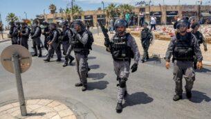 قوات الأمن الإسرائيلية تتجمع استعدادا لاحتجاجات في مدينة يافا، 12 يونيو، 2020.(AHMAD GHARABLI / AFP)