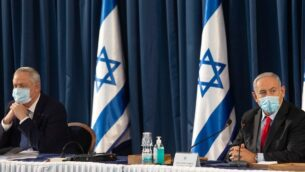 رئيس الوزراء بنيامين نتنياهو (يمين) ورئيس الوزراء البديل ووزير الدفاع بيني غانتس، يحضران الاجتماع الأسبوعي للحكومة في القدس، 14 يونيو 2020 (Sebastian Scheiner / POOL / AFP)