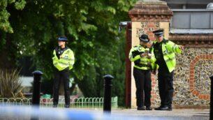 ضباط الشرطة ينصبون طوقًا امنيا بالقرب من حديقة في ريدينغ، غرب لندن، بعد حادث طعن في اليوم السابق، 20 يونيو 2020 (Ben STANSALL / AFP)
