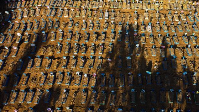 صورة جوية تظهر القبور في مقبرة نوسا سينهورا أباريسيدا في ماناوس، 21 يونيو 2020. (MICHAEL DANTAS / AFP)