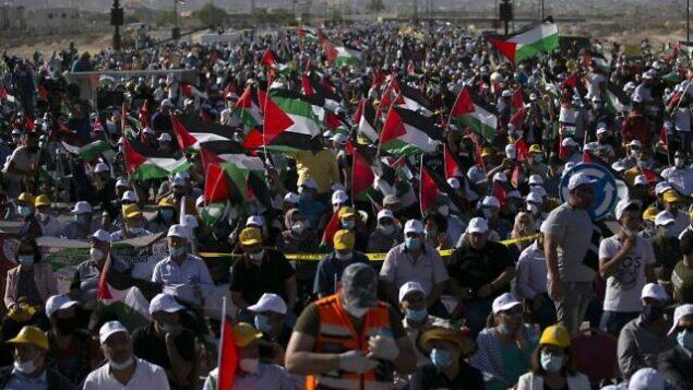 فلسطينيون يشاركون في تظاهرة كبيرة للاحتجاج على الخطة الإسرائيلية لضم أجزاء من الضفة الغربية، في أريحا، 22 يونيو، 2020.(ABBAS MOMANI / AFP)