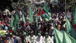 مناصرون لحركة 'حماس' يشاركون في تظاهرة ضد خطة إسرائيل لضم أجزاء من الضفة الغربية، في خان يونس جنوبي قطاع غزة، 26 يونيو، 2020.  ( SAID KHATIB / AFP)