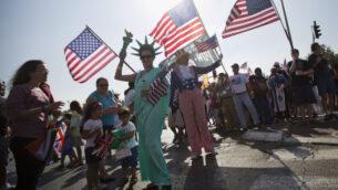 صورة توضيحية: مسيحيون إنجيليون من مختلف البلدان يلوحون بالأعلام وهم يسيرون لإظهار دعمهم لإسرائيل في القدس. (AP Photo/Sebastian Scheiner, File)