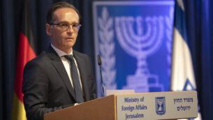 وزير الخارجية الألماني هايكو ماس يدلي ببيان للإعلام عقب لقاءه بنظيره الإسرائيلي غابي أشكنازي، في القدس، 10 يونيو، 2020. (AP Photo/Oded Balilty)