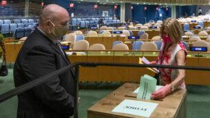 سفيرة النرويج لدى الأمم المتحدة، مونا يول، تدلي بصوتها خلال انتخابات في الأمم المتحدة، 17 يونيو، 2020، في مقر الأمم المتحدة في نيويورك.(Eskinder Debebe/UN Photo via AP)