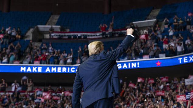 الرئيس الأمريكي دونالد ترامب يصل الى خشبة المسرح للتحدث في تجمع انتخابي في تولسا ، أوكلاهوما، 20 يونيو 2020 (AP Photo/Evan Vucci)