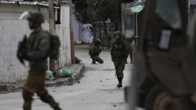 توضيحية - قوات إسرائيلية في شوارع مدينة جنين بالضفة الغربية، 18 يناير، 2018.  (AP Photo/Majdi Mohammed)