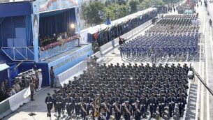 قوات الجيش الإيراني في مسيرة خلال عرض بمناسبة يوم الجيش الوطني أمام ضريح المؤسس الثوري الراحل آية الله الخميني، خارج طهران، إيران، 18 أبريل 2018. (AP Photo / Ebrahim Noroozi)