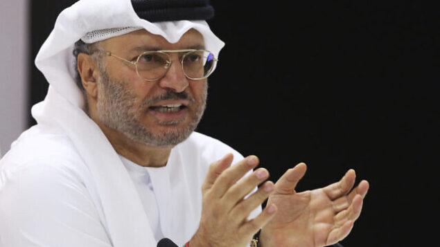 وزير الدولة الإماراتي للشؤون الخارجية أنور قرقاش يتحدث مع صحافيين في دبي، الإمارات، 18 يونيو، 2018.(AP/Jon Gambrell)