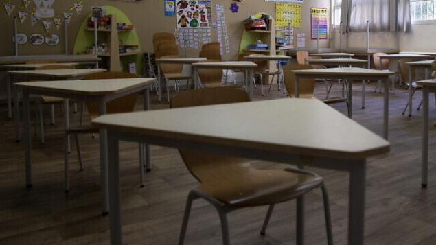 فصل دراسي خالي من الطلاب في مدرسة إبتدائية في تل أبيب، 30 أبريل، 2020. (AP Photo/Sebastian Scheiner)