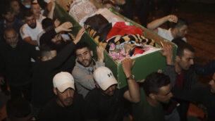 رجال يحملون جثمان إياد الحلاق الذي قُتل برصاص الشرطة الإسرائيلية في البلدة القديمة بالقدس، الأحد، 31 مايو، 2020.  (AP Photo/Mahmoud Illean)