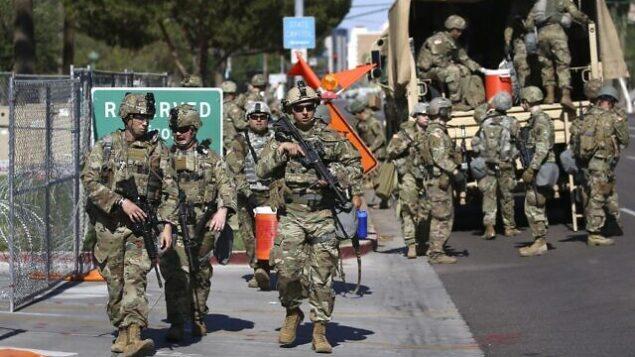 قوات الحرس الوطني في أريزونا تنزل من مركبات عسكرية بالقرب من مبنى الكابيتول في أريزونا، 2 يونيو 2020، في فينيكس (AP Photo/Ross D. Franklin)