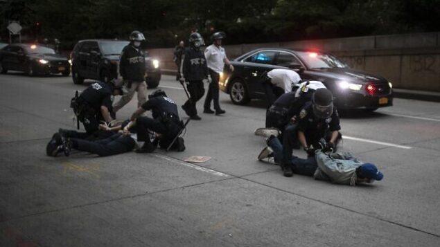 الشرطة تعتقل متظاهرين رفضوا مغادرة الشوارع خلال حظر تجول مفروض أثناء مسيرة تدعو إلى العدالة بعد مقتل جورج فلويد، 2 يونيو 2020، في نيويورك (AP Photo / Wong Maye-E)
