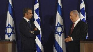 رئيس الوزراء بنيامين نتنياهو، يمين، ونظيره اليوناني كيرياكوس ميتسوتاكيس يدليان بتصريحات مشتركة في القدس، 16 يونيو، 2020.(Debbie Hill, UPI Pool via AP)