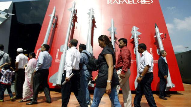 زوار يمرون من أمام صواريخ من صناعة شركة 'أنظمة رافائيل الدفاعية المتقدمة' الإسرائيلية في اليوم الثاني من المعرض الجوي  Aero India 2013 في قاعدة 'يلاهانكا' الجوية في بنغالور بالهند، 7 فبراير، 2013.(AP Photo/Aijaz Rahi)
