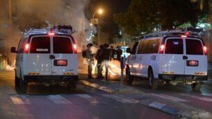 الشرطة تعتقل متظاهرين قاموا بإلقاء حجارة وحرق حاويات قمامة خلال احتجاجات على قرار هدم مقبرة في يافا، 10 يونيو، 2020. (Israel Police)