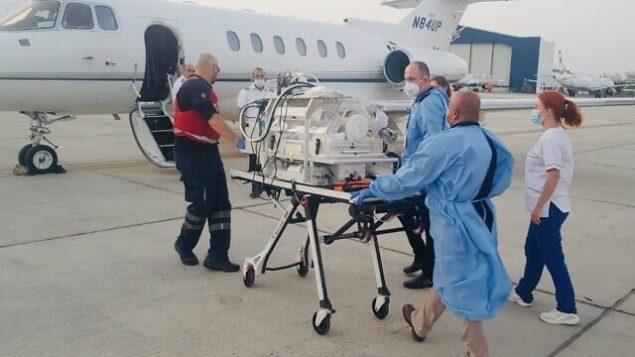طفل سوري يبلغ من العمر 10 أيام يصل إلى إسرائيل جوا من قبرص لإجراء عملية جراحية طارئة له في 11 يونيو، 2020.(Sammy Revel/Twitter)