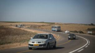 توضيحية: مركبات تسير على طريق في جنوب الضفة الغربية.(Hadas Parush/Flash90)