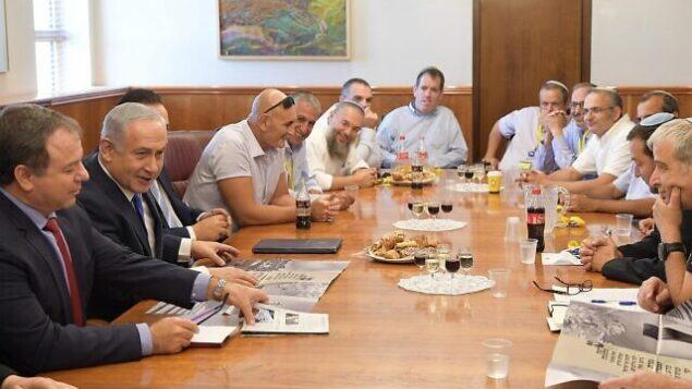 رئيس الوزراء بنيامين نتنياهو يلتقي بقادة مجلس 'يشع' في مكتب رئيس الوزراء بالقدس، 27 سبتمبر، 2017. (Amos Ben Gershom/GPO)