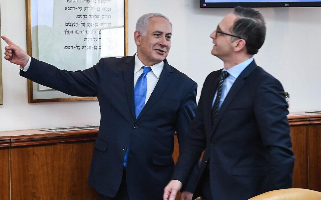 رئيس الوزراء بنيامين نتنياهو، يسار، يلتقي بوزير الخارجية الألماني هايكو ماس في مكتب رئيس الوزراء في القدس، 26 مارس، 2020.  (Kobi Gideon / GPO)