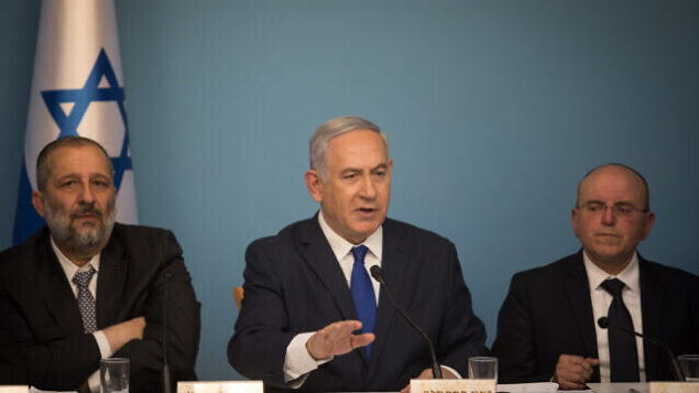 (من اليسار إلى اليمين) وزير الداخلية أرييه درعي، ورئيس الوزراء بنيامين نتنياهو، ورئيس مجلس الأمن القومي مئير بن شبات في مؤتمر صحفي في مكتب رئيس الوزراء بالقدس، 2 أبريل، 2018.(Hadas Parush/Flash90)