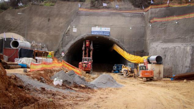 صورة توضيحية: بناء نفق جديد يتم حفره تحت الأرض لتخفيف الازدحام المروري بين القدس وكتلة غوش عتصيون الاستيطانية في الضفة الغربية، 14 فبراير 2020. (Gershon Elinson / Flash90)
