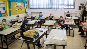 تلاميذ في مدرسة 'أوروت تسيون' في مستوطنة إفرات بالضفة الغربية يضعون الأقنعة الواقية بعد عودتهم إلى التعليم لأول مرة منذ إغلاق المدارس بسبب جائحة فيروس كورونا. (Gershon Elinon/Flash90)