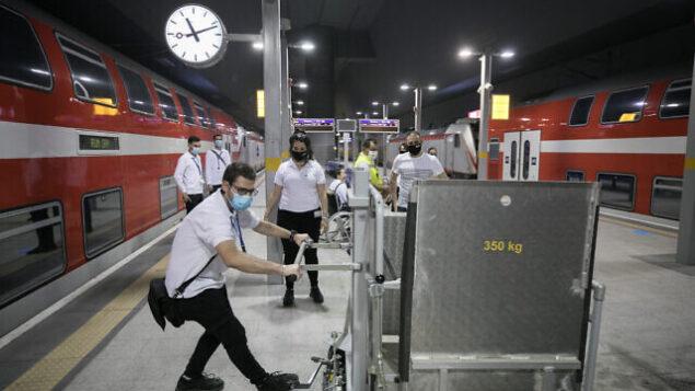 عاملون في شركة قطار إسرائيل يتدربون على التعليمات في محطة القطارات 'يتسحاق نافون' في القدس، قبل  استئناف حركة القطارات المحتمل بقرار من الحكومة في 14 مايو، 2020. (Olivier Fitoussi/Flash90)