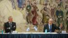 رئيس الوزراء بنيامين نتنياهو (يمين) ووزير الدفاع بيني غانتس في الكنيست، 17 مايو، 2020. (Alex Kolomoisky/POOL)