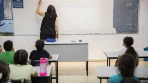 صورة توضيحية: طلاب ومدرسون إسرائيليون في مدرسة 'هشالوم' في ميفاسيرت تسيون، قرب القدس، 17 مايو 2020. (Yonatan Sindel/Flash90)