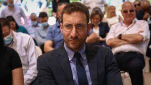 وزير العمل، الرعاية الاجتماعية والخدمات الاجتماعية ايتسيك شمولي خلال مراسيم أقيمت في الوزارة في القدس، 18 مايو 2020 (Shlomi Cohen / Flash90)