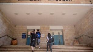 طلاب يصلون إلى مدرسة 'غيمناسيا رحافيا' في القدس في 11 يونيو، 2020.(Yonatan Sindel/Flash90)