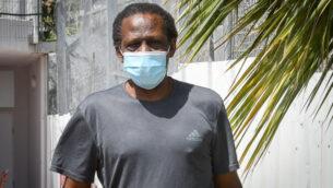 سليمان العبيد، الذي أدين بقتل واغتصاب حنيت كيكوس عام 1993، يغادر سجن معسياهو بعد قضاء عقوبته، 17 يونيو 2020. (Avshalom Sassoni / Flash90)