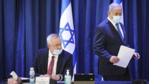 رئيس الوزراء بنيامين نتنياهو (يمين) ووزير الدفاع بيني غانتس، يحضران الاجتماع الأسبوعي للحكومة في القدس، 21 يونيو 2020 (Marc Israel Sellem/POOL)