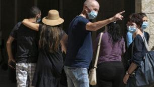 سكان القدس يرتدون أقنعة الوجه خوفًا من فيروس كورونا، يتسوقون في مجمع ماميلا التجاري بالقرب من البلدة القديمة في القدس، 24 يونيو 2020. (Olivier Fitoussi / Flash90)