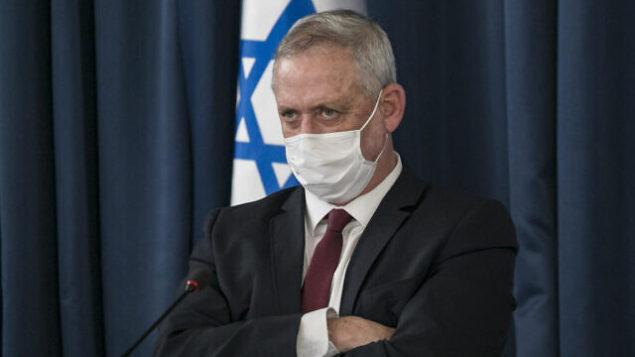 وزير الدفاع بيني غانتس في الجلسة الأسبوعية للحكومة في مبنى وزارة الخارجية، 28 يونيو، 2020.(Olivier Fitoussi/Flash90)