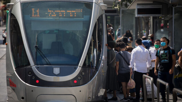إسرائيليون يرتدون أقنعة وجه في شارع يافا في القدس، 28 يونيو 2020. (Yonatan Sindel / Flash90)