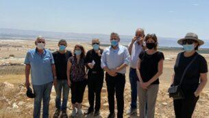 مشرعون حاليون وسابقون في حزب ميريتس عند نقطة مراقبة فوق أريحا في الضفة الغربية، 4 يونيو 2020. (Jacob Magid / Times of Israel)
