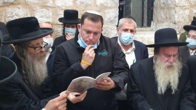 يوسي داغان، رئيس المجلس الإقليمي للسامرة، يزور قبر يوسف، 23 يونيو 2020 (Roi Hadi)
