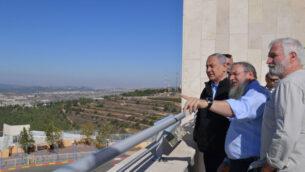 رئيس الوزراء بنيامين نتنياهو يقوم بجولة في كتلة عتصيون الاستيطانية في الضفة الغربية، 19 نوفمبر 2019. (Kobi Gideon / GPO)